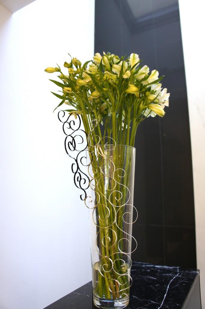 Wysoki bukiet z białej alstromerii jako kompozycja zdobiąca recepcję