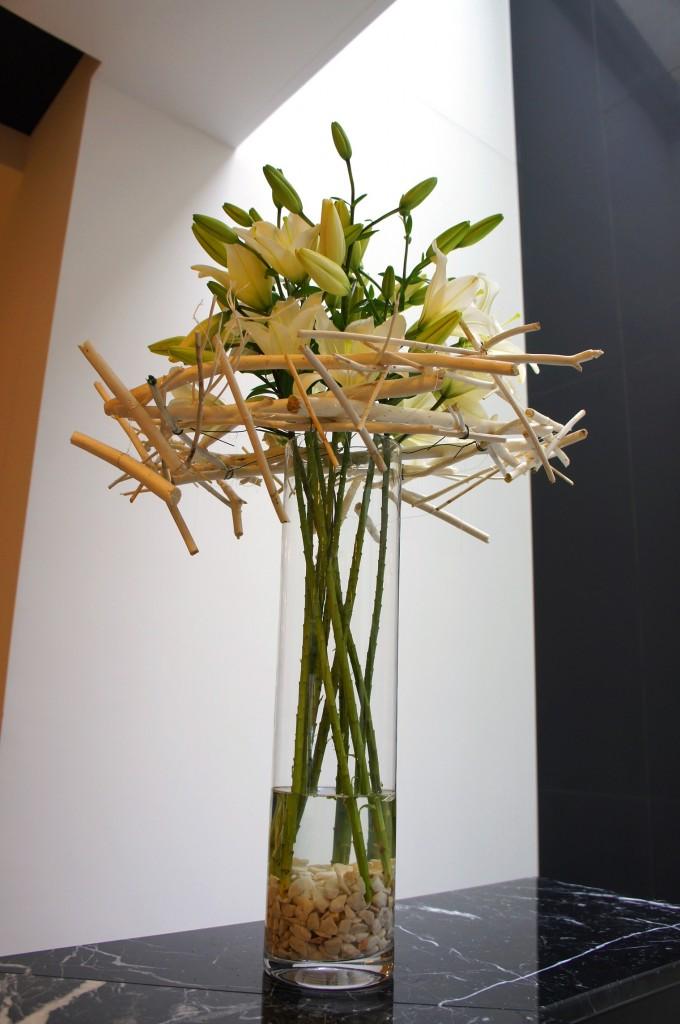 Białe lilie na konstrucji z patyków 'matsumata'