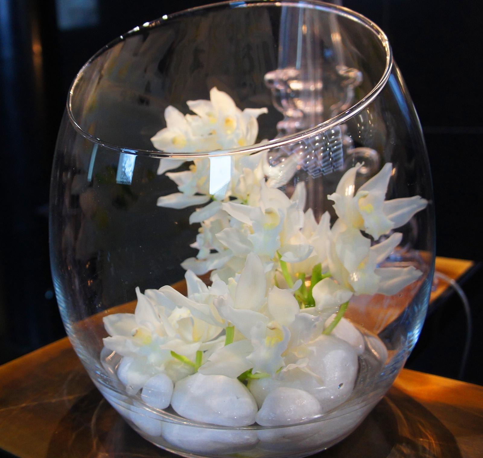 Storczyki odznaczają się wysoką trwałością - pamiętajmy aby na recepcję wybierać trwałe gatunki kwiatów.