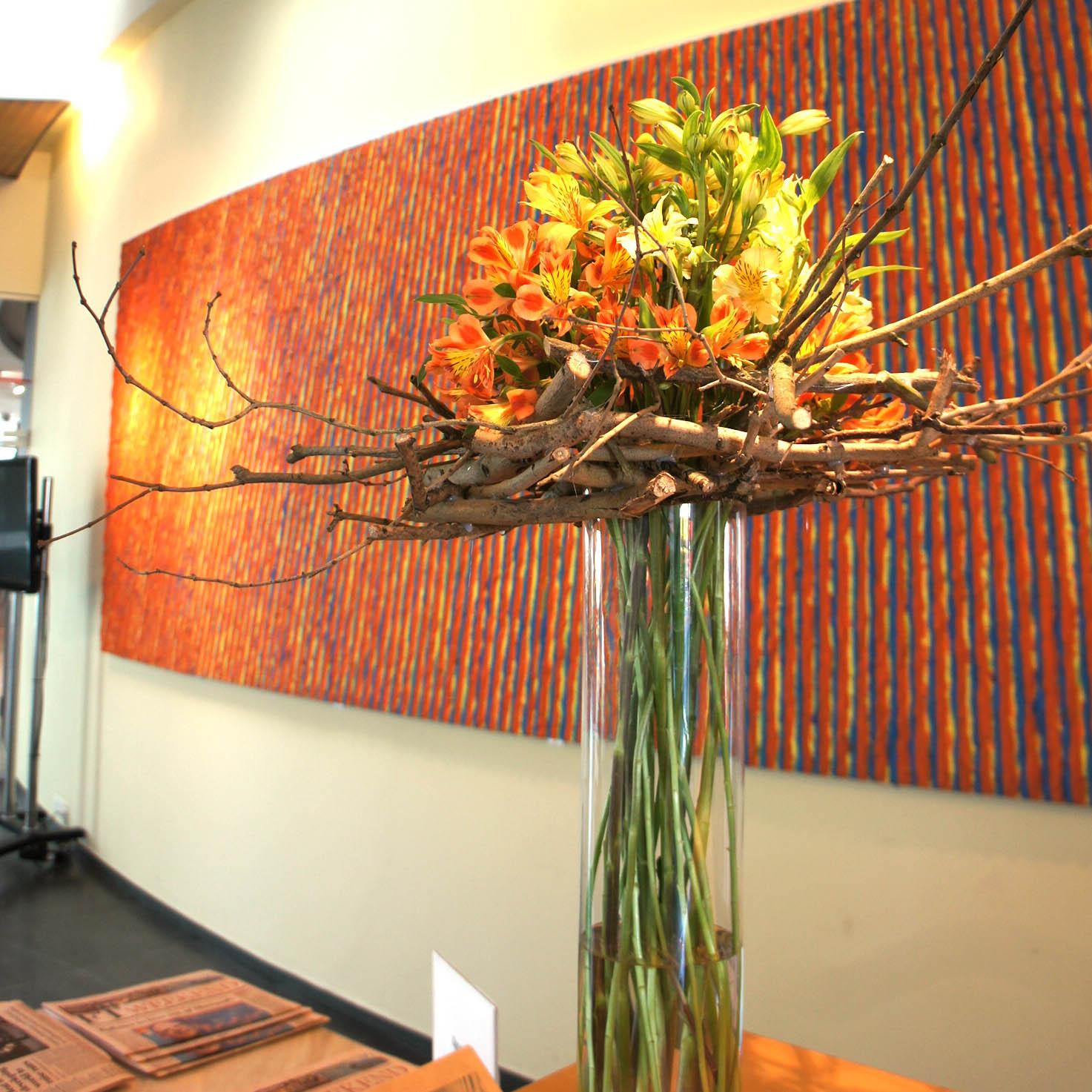 kolorystyka kompozycji dobrana do wystroju wnętrza biurowca i recepcji