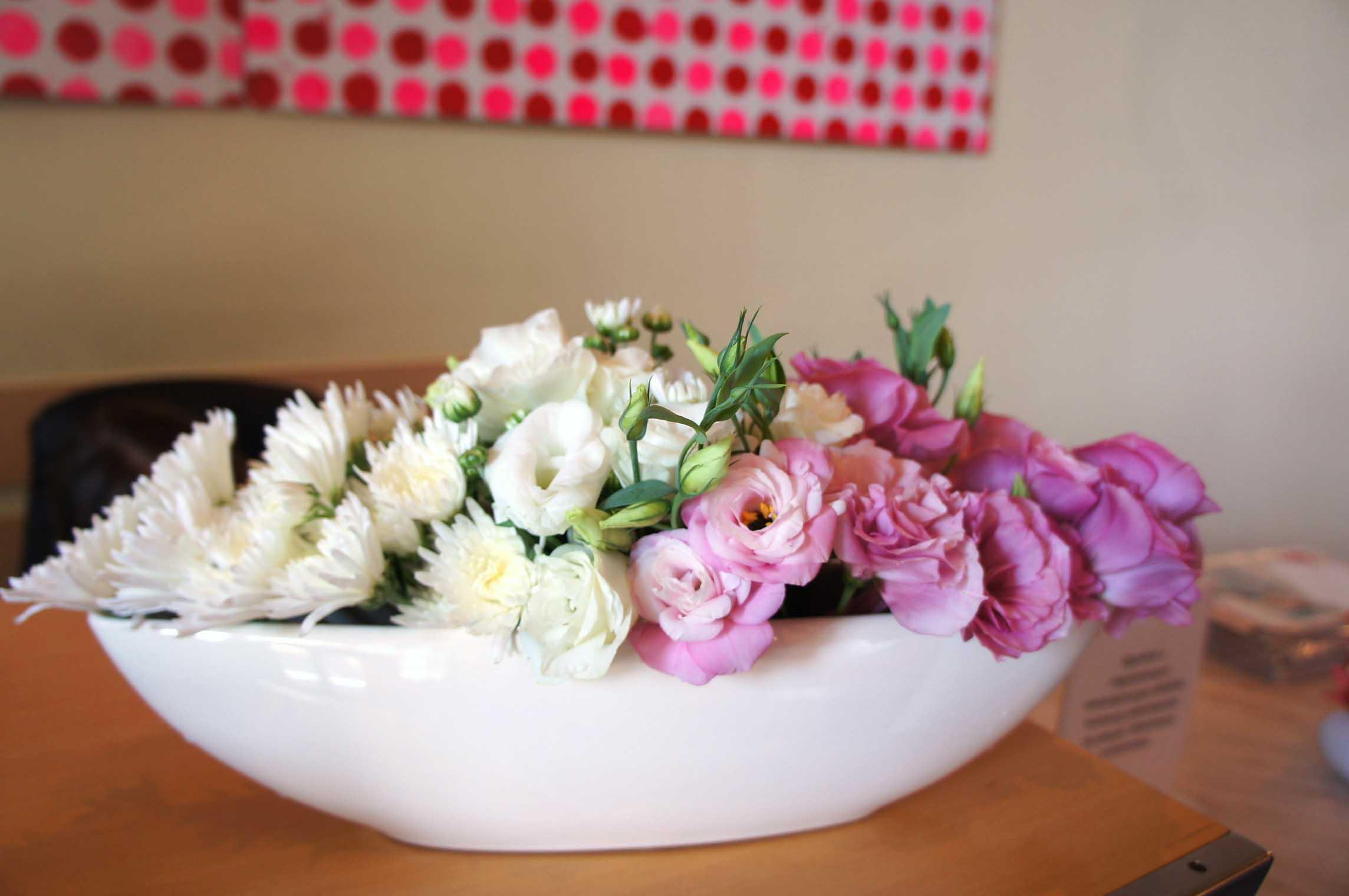 podłużna, wycieniowana kolorem kompozycja z kwiatów eustomy