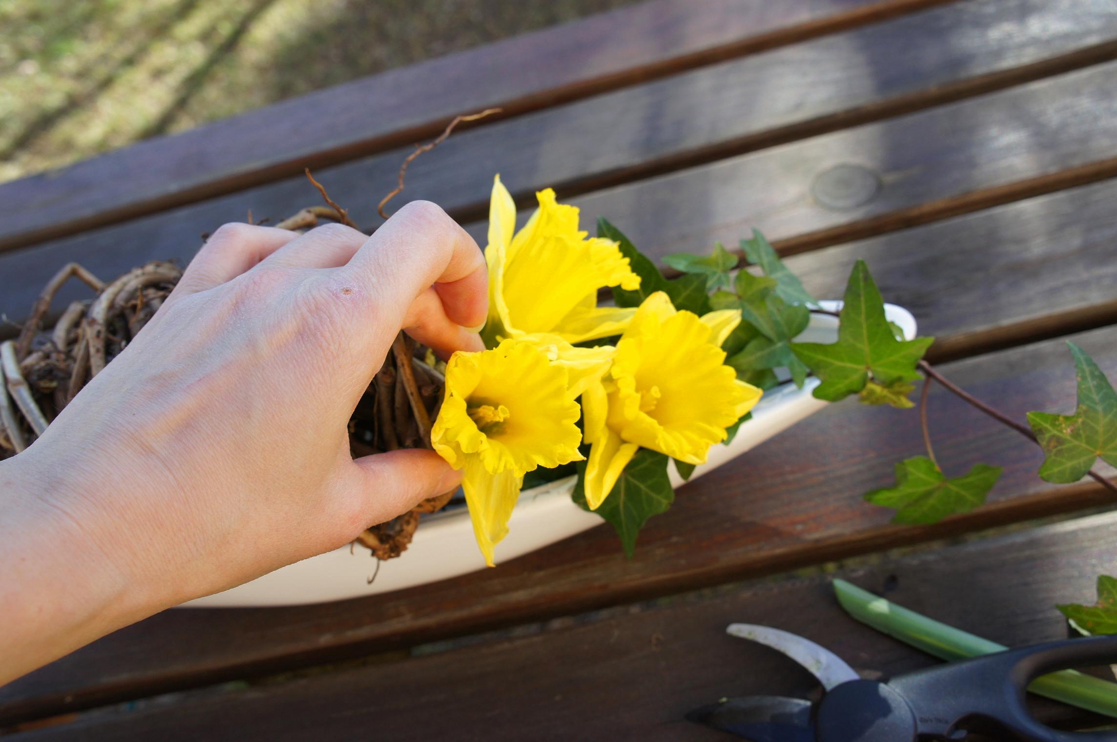 układamy kwiaty przeplatając je przez pędy wina i bluszczu