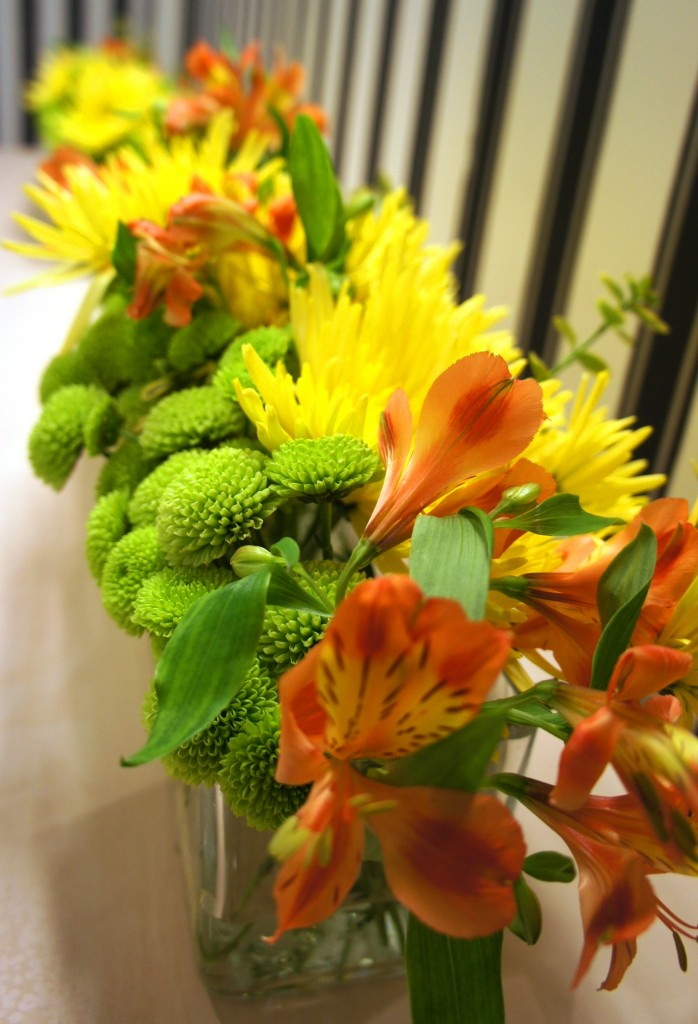 żółta margarytka igiełkowa i zielona margerytka santini w kompozycji na recepcję razem z alstromerią