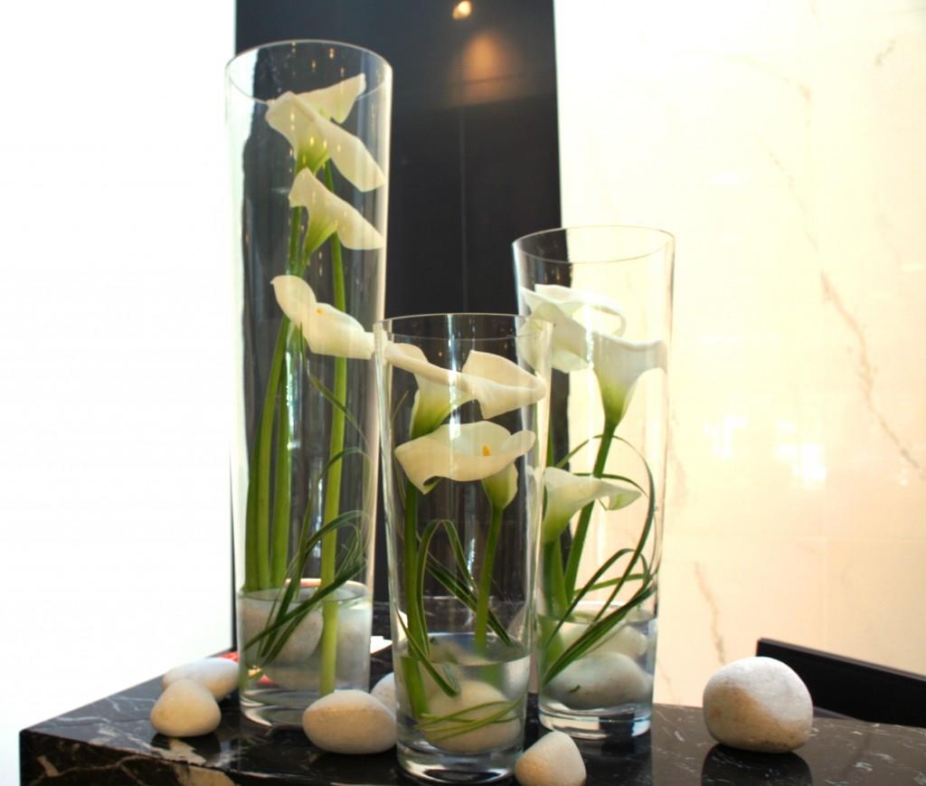kalla w szklanych wazonach jako dekoracja recepcji