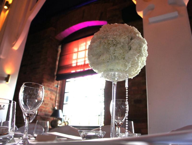 Kula z goździków jako dekoracja stołu