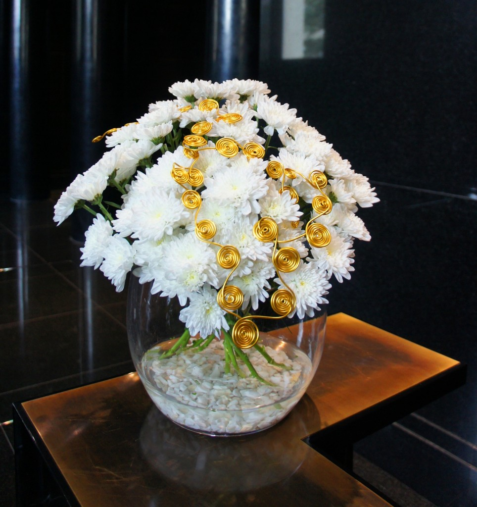 Biała margerytka odmiany pełnej w bukiecie na recepcji